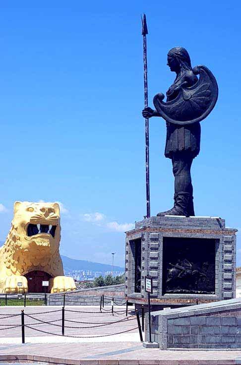 amazon-heykelleri-ve-aslanı
