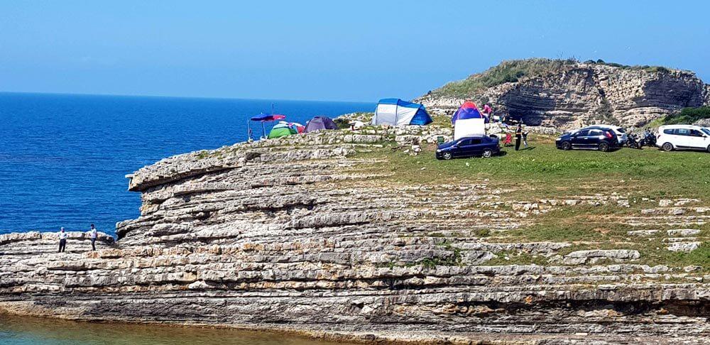 Sardala koyu kayalık kamplar
