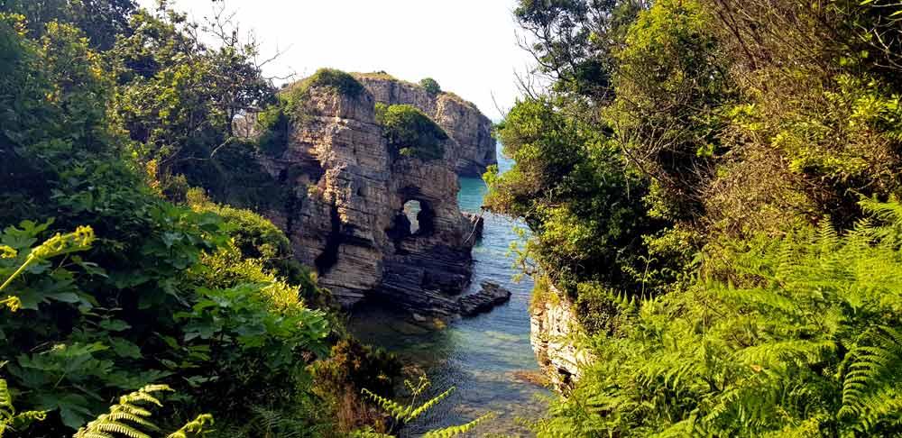 Sardala Koyu delikli kayalıkları