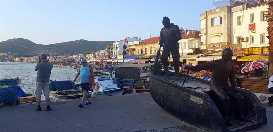Foça gezi notları Faça sahil balıkçı heykeli